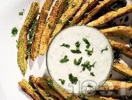 Рецепта Вкусни пържени тиквички на жулиени панирани в брашно и вода с кисело мляко, чесън и копър
